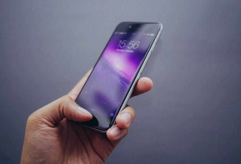 Mówisz komórka, myślisz smartfon - połowa Polaków korzysta tylko z tych ostatnich, a Ty?