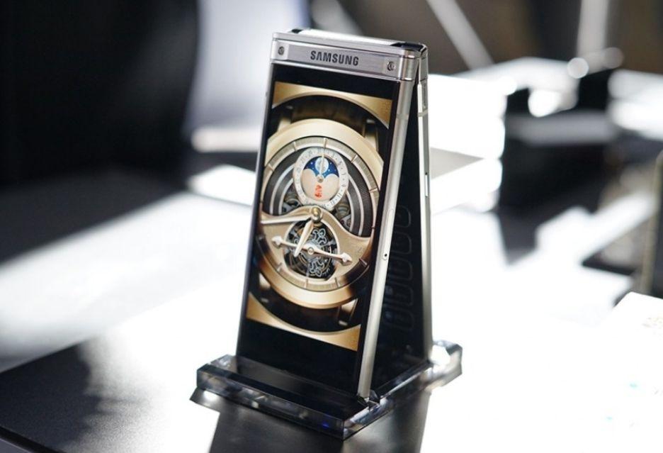 Samsung W2018 to zaskakująco mocny telefon z klapką - ma aparat f/1.5
