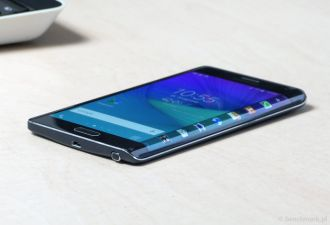 Samsung Galaxy Note Edge na biurku