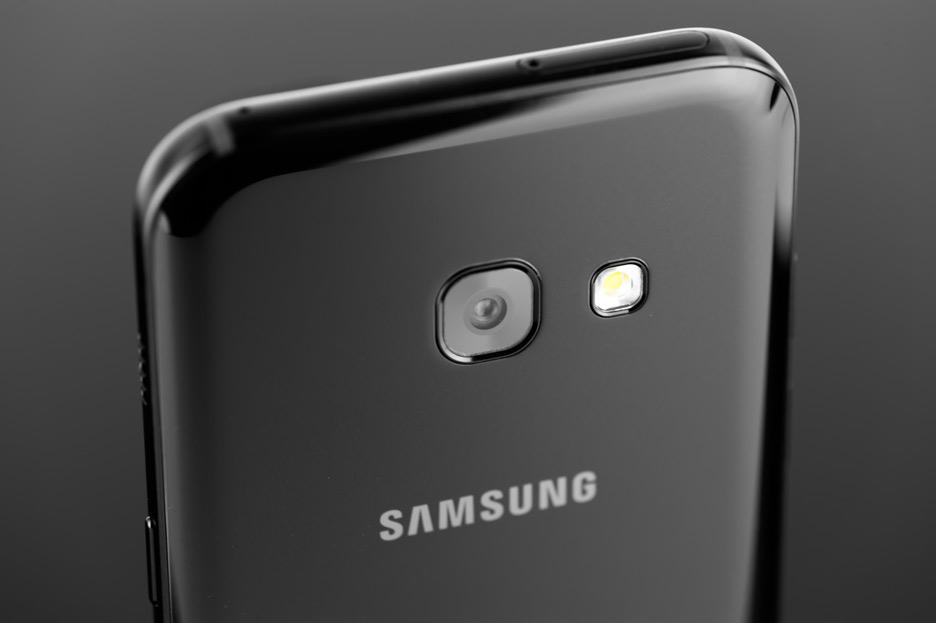 Samsung Galaxy A3 (2017) - gwiazda klasy średniej | zdjęcie 1