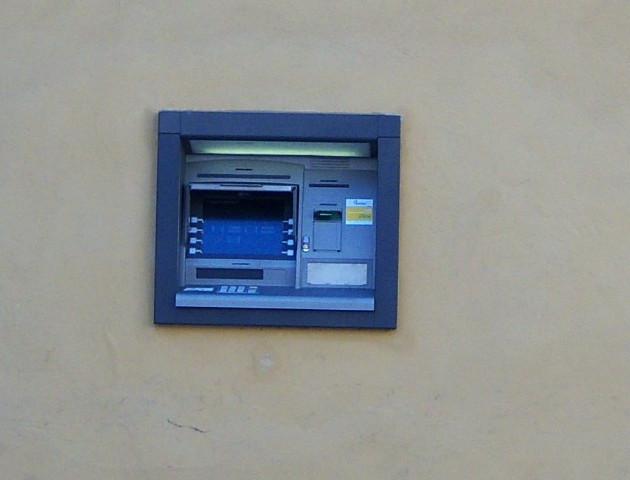 Jak bezpiecznie korzystać z bankomatów? - 5 prostych rad