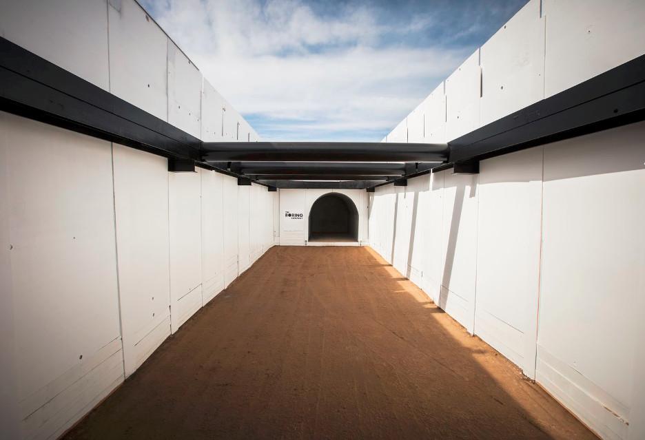 Elon Musk i hyperloop w podziemnym tunelu