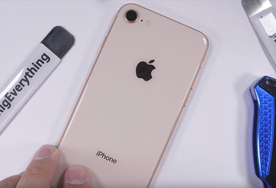 Jak wytrzymały jest szklany iPhone 8?