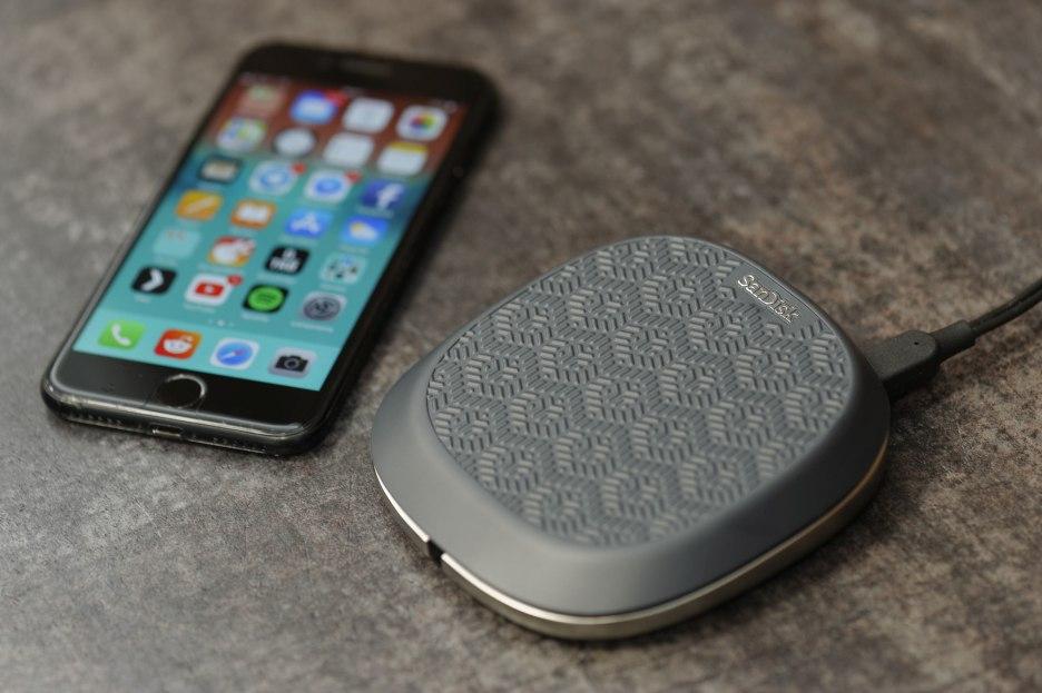SanDisk iXpand Base - kopia zapasowa Twojego iPhone'a w trakcie ładowania | zdjęcie 1