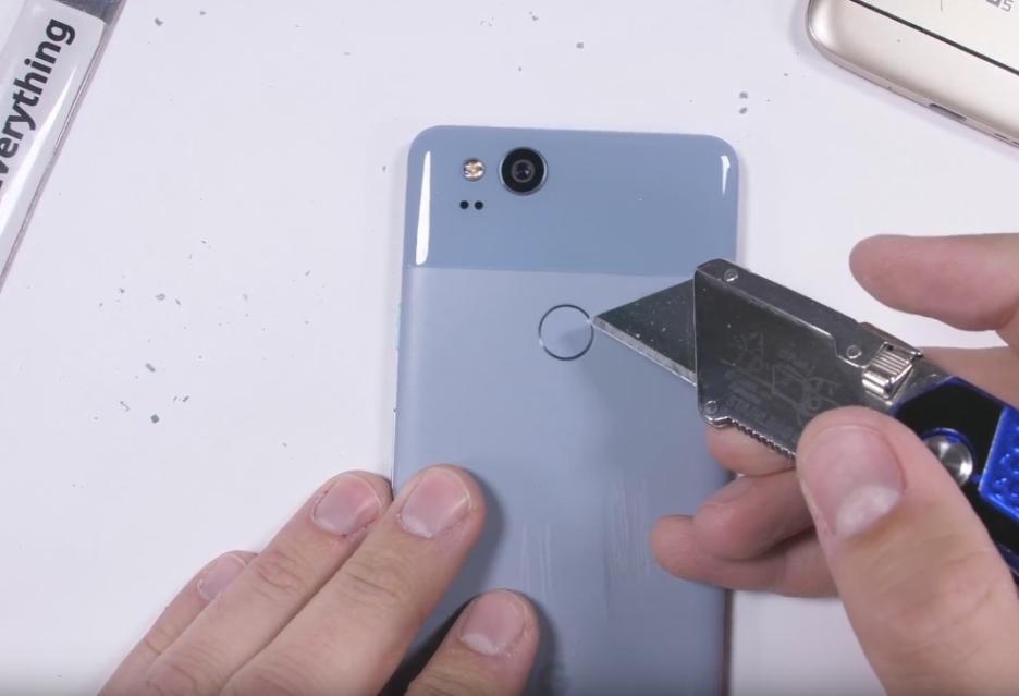 Testy wytrzymałości LG V30 i Google Pixel 2