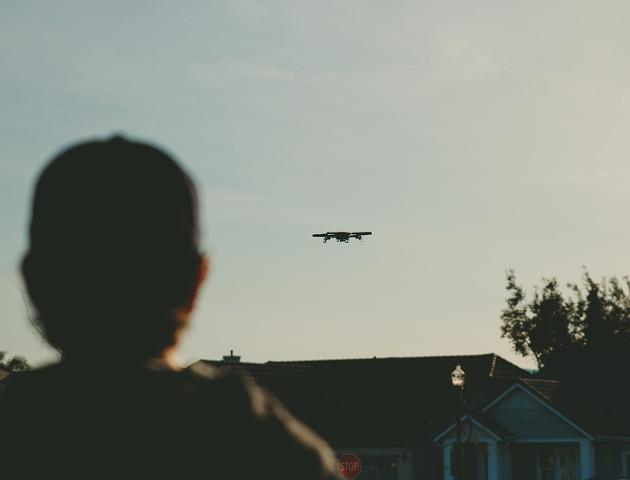 Drony latają nad kominami, sprawdzają czym palą ludzie