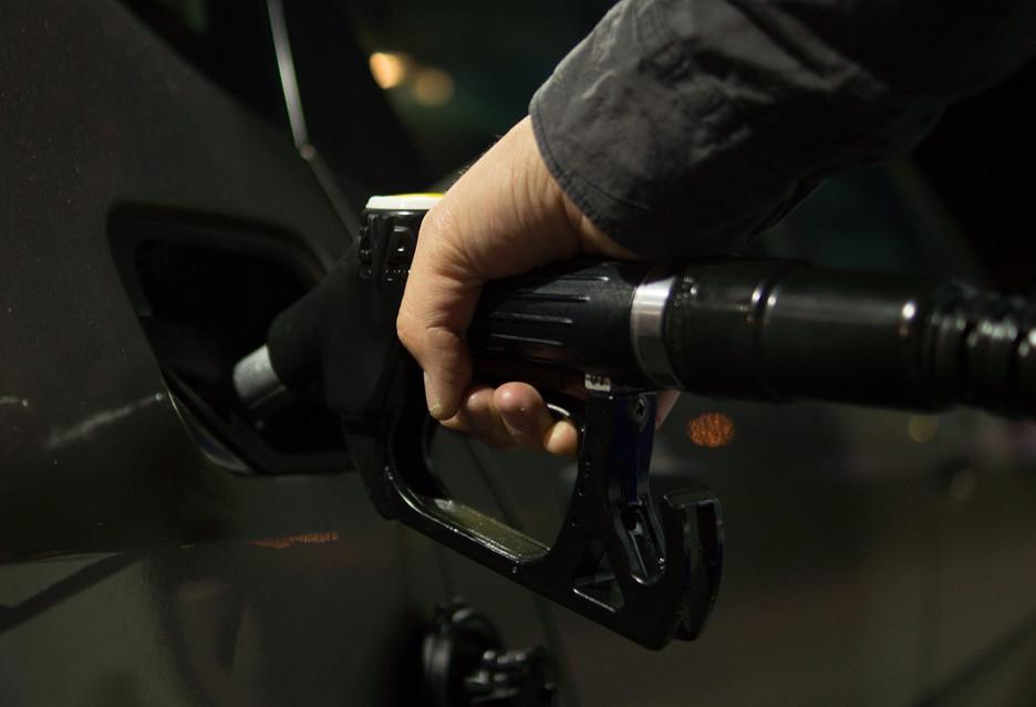 """Za popularyzację """"elektryków"""" zapłacą ci, którzy jeżdżą na benzynę lub ropę"""