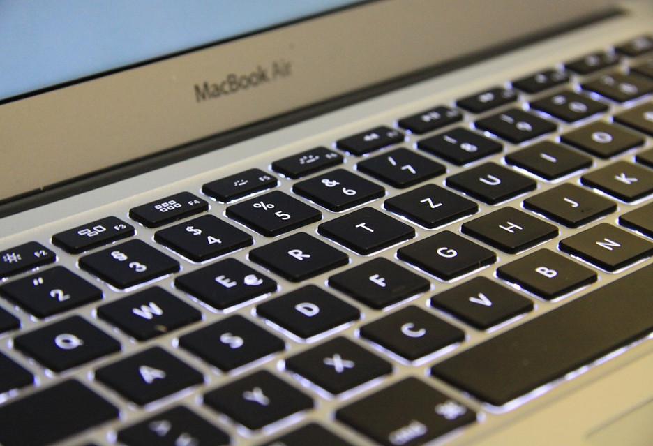 """Apple mówi """"dość"""" okruchom w klawiaturze"""