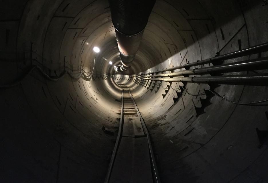 Piesi z pierwszeństwem w tunelach Muska
