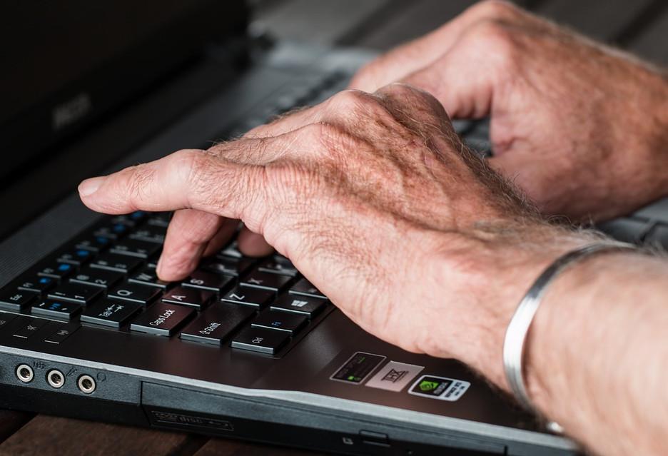 Czy Polacy radzą sobie w cyfrowym świecie? Ponad połowa nie