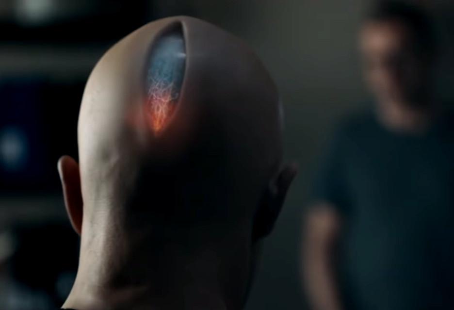 Film Zoe na zwiastunie - czy człowiek może pokochać robota?