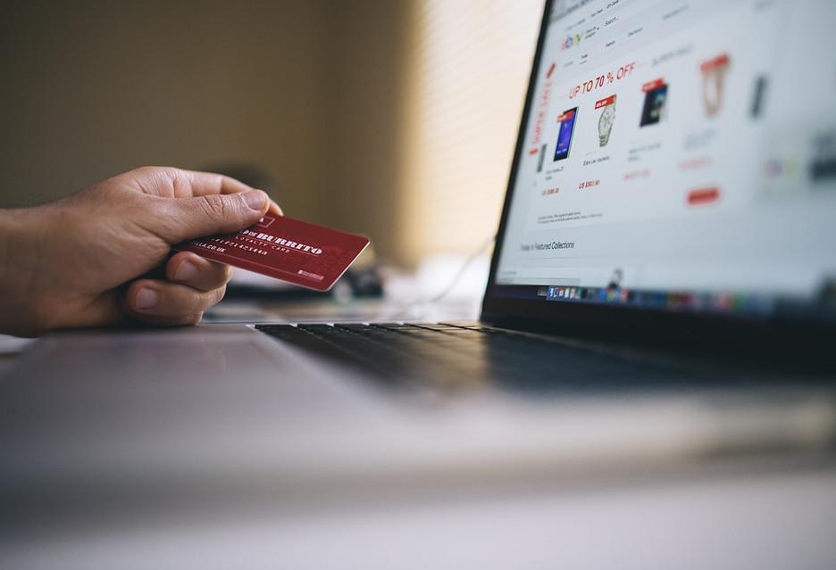 Coraz więcej Polaków kupuje w sieci