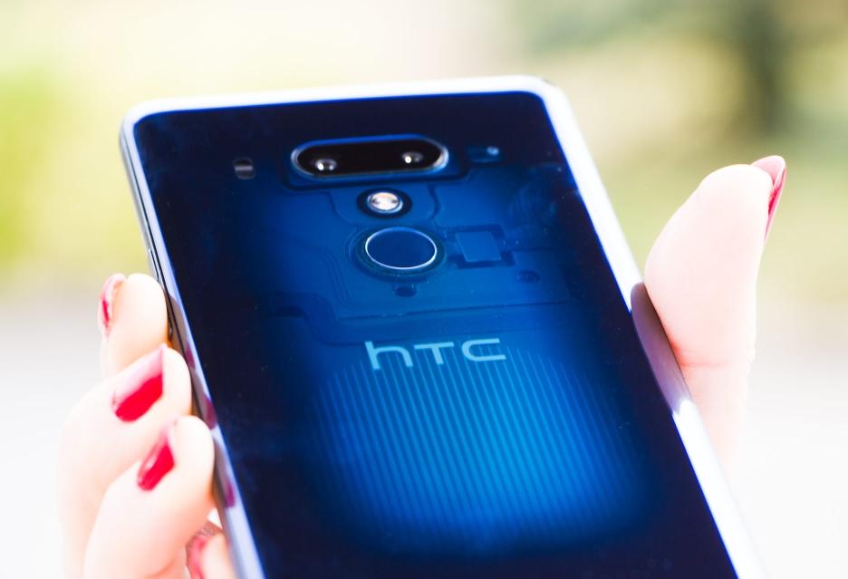 Ładny, a już z pewnością oryginalny - test HTC U12+ | zdjęcie 4