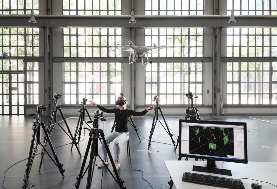 Kontrolowanie drona za pomocą ciała