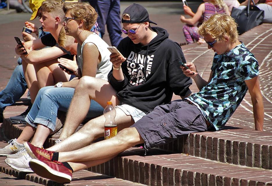 Młodzi Polacy uzależnieni od smartfonów i Internetu