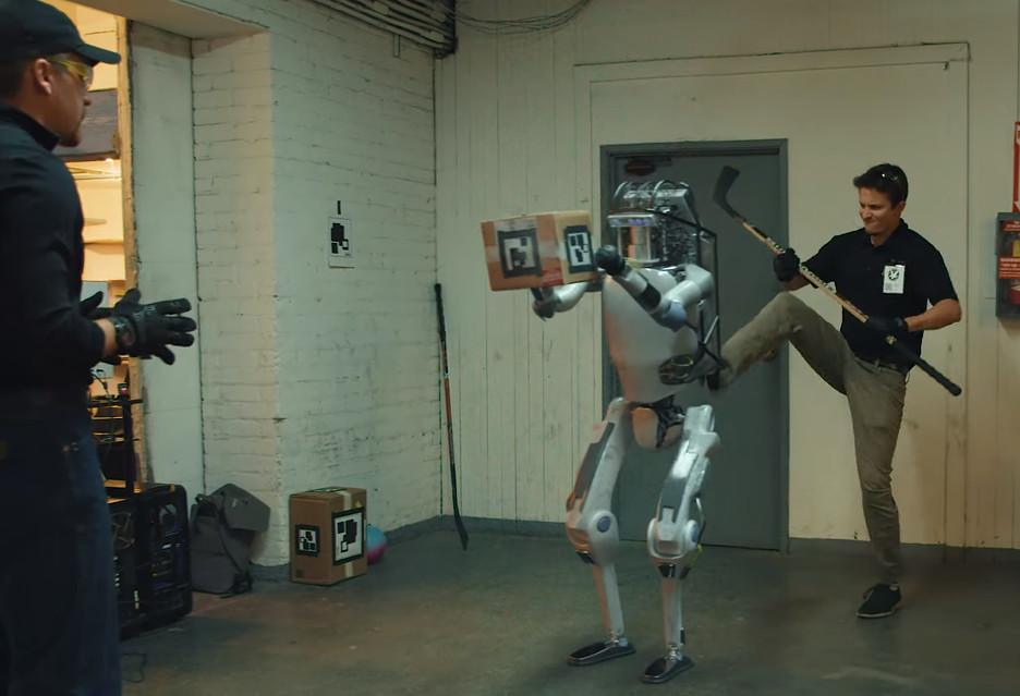 Inżynierowie wymierzają ciosy robotom - teraz te oddają