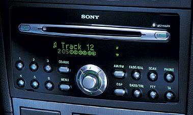 wygląd przykładowego odtwarzacza płyt cd firmy Sony w samochodzie Ford