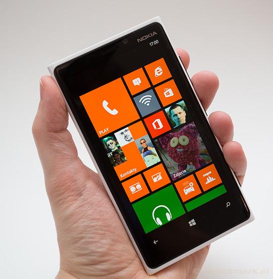 Nokia Lumia 900 - przód w dłoni