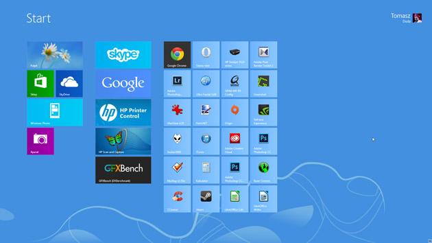 Otwieramy menu Start. W przypadku Windowsa 8 jest to znany interfejs kafelkowy. Aktywujemy go wciskając klawisz Windows lub z wysuwanego paska systemowego po prawej stronie ekranu.