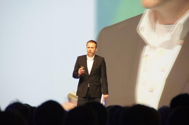 Rafał Albin, dyrektor działu nowych technologii w Microsoft Polska prowadzący sesję generalną. [autor: Marcin Bieńkowski]