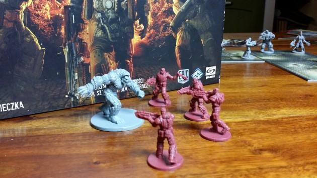Gears of War - figurki na tle pudełka