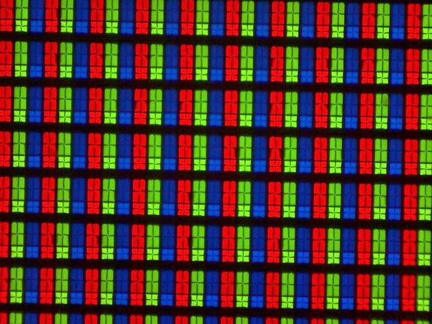 Struktura subpikseli wyświetlacza zastosowanego w Samsung UE55JU7000.