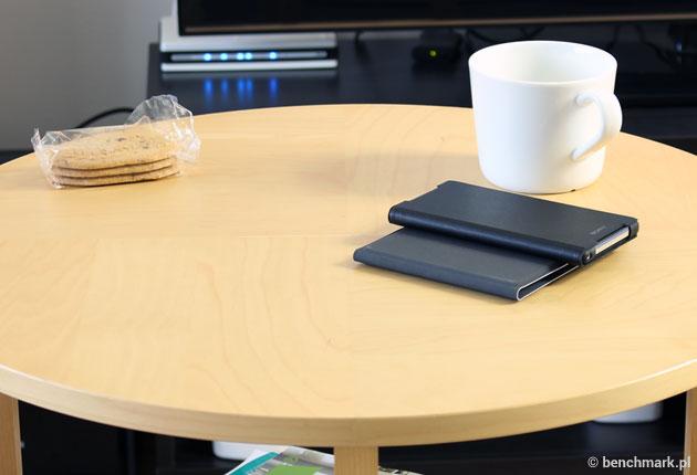 Microsoft Universal Foldable Keyboard - złożona na stoliku