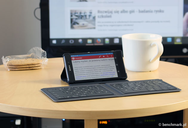Microsoft Universal Foldable Keyboard - rozłożona ze smartfonem