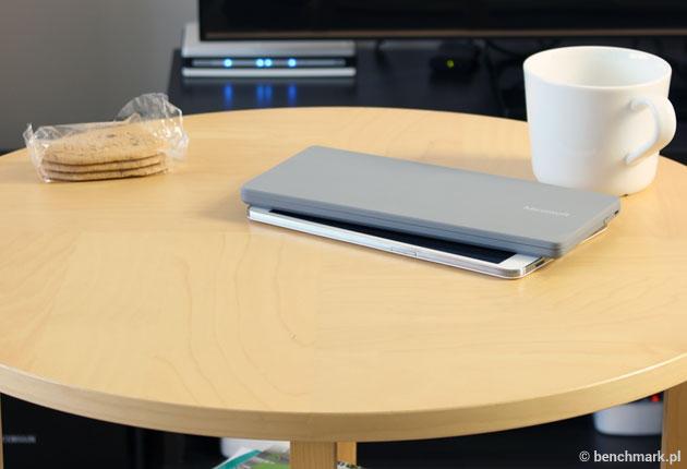 Microsoft Universal Mobile Keyboard - złożona na stoliku
