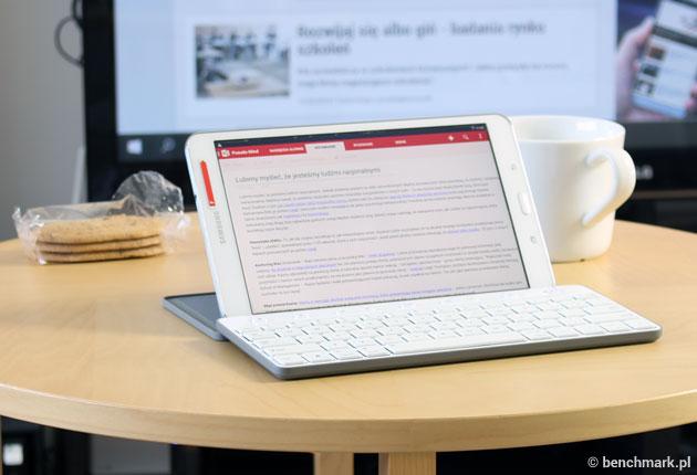 Microsoft Universal Mobile Keyboard - rozłożona z tabletem