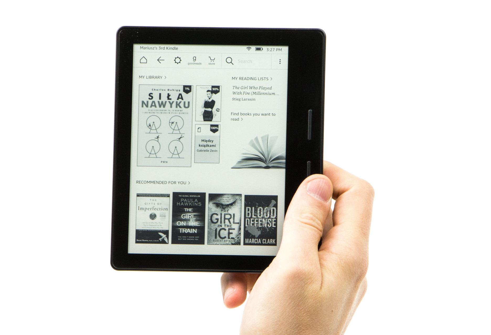Kindle Oasis czytnik w ręce