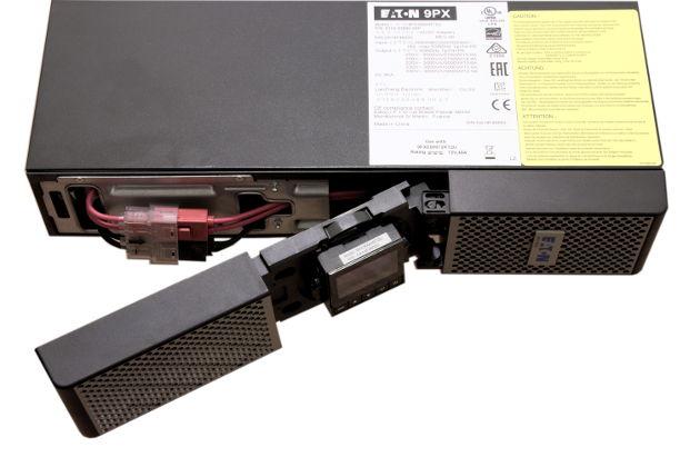 Dostęp do baterii w Eaton 9PX 3000