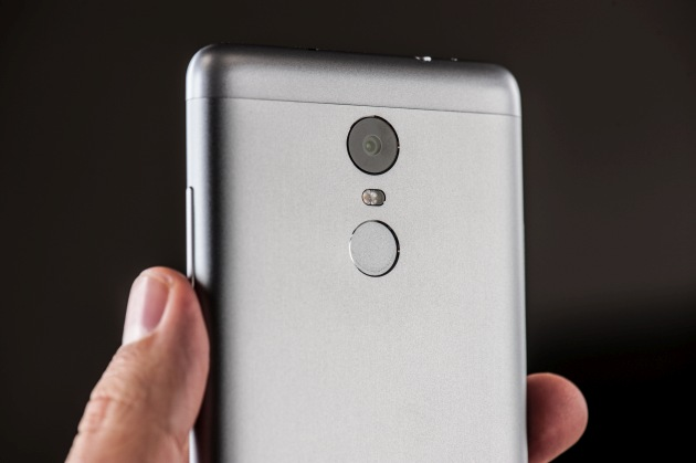 Xiaomi Redmi Note 3 tył w ręce