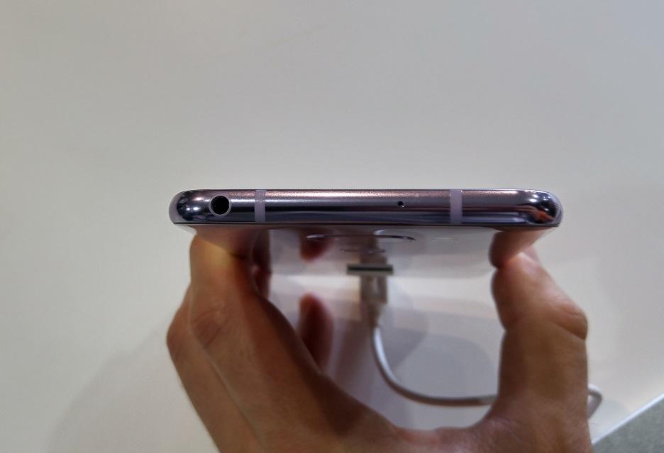 LG V30 - gniazdo słuchawkowe