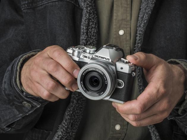 Olympus OM-D E-M10 Mark III dłonie