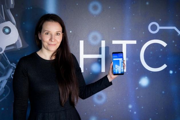 HTC U11+ w dłoni