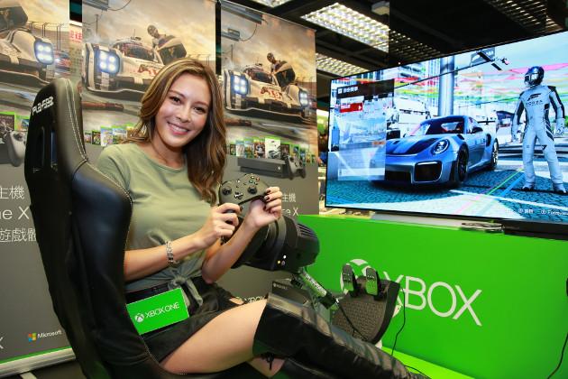 Xbox One X dziewczyna