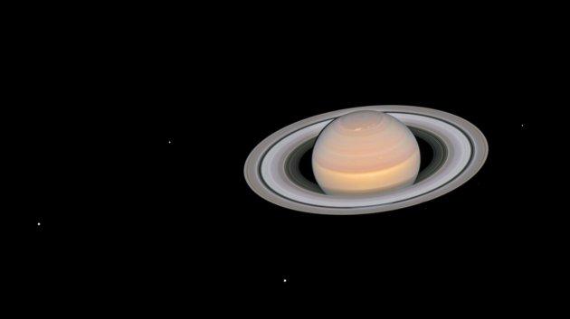 Saturn i księżyce