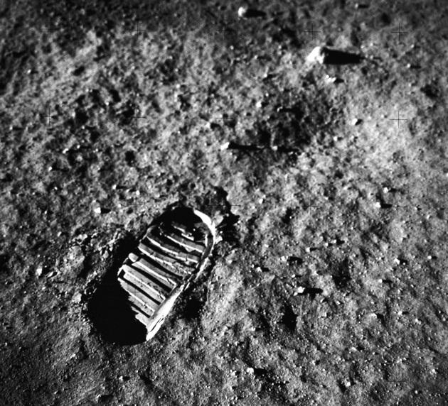 NASA odcisk buta powierzchnia Księżyca