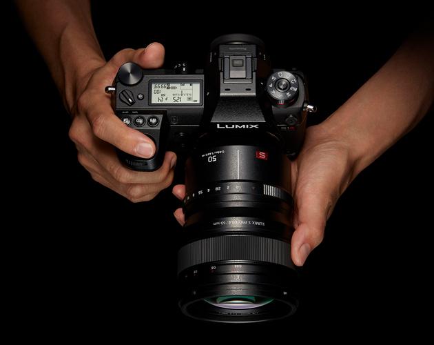 Panasonic Lumix S1R w dłoniach