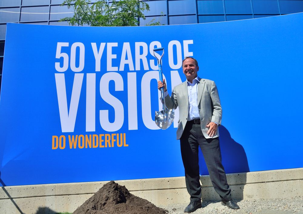 Bob Swan podczas ukrycia kapsuły czasu na 50-lecie firmy Intel