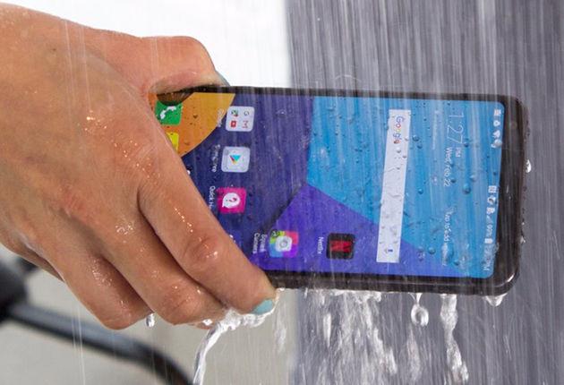 LG G6 w strumieniu wody