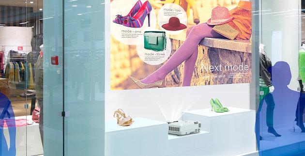 projektor EB-700U na wystawie sklepowej