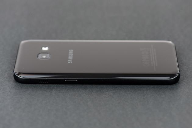 Samsung Galaxy A3 2017 - prawy bok