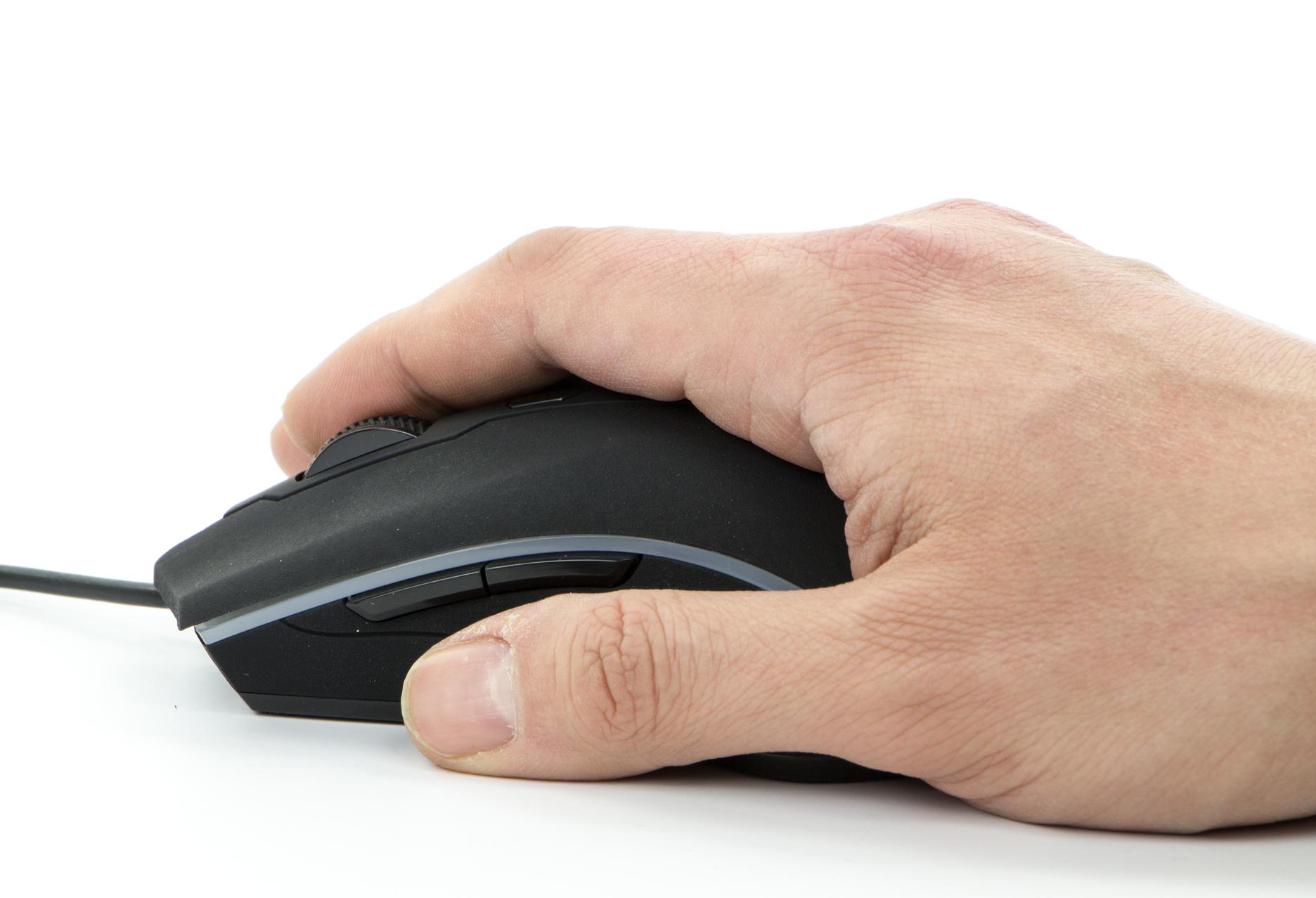 Trust GXT 177 Gaming Mouse - dłoń na myszce