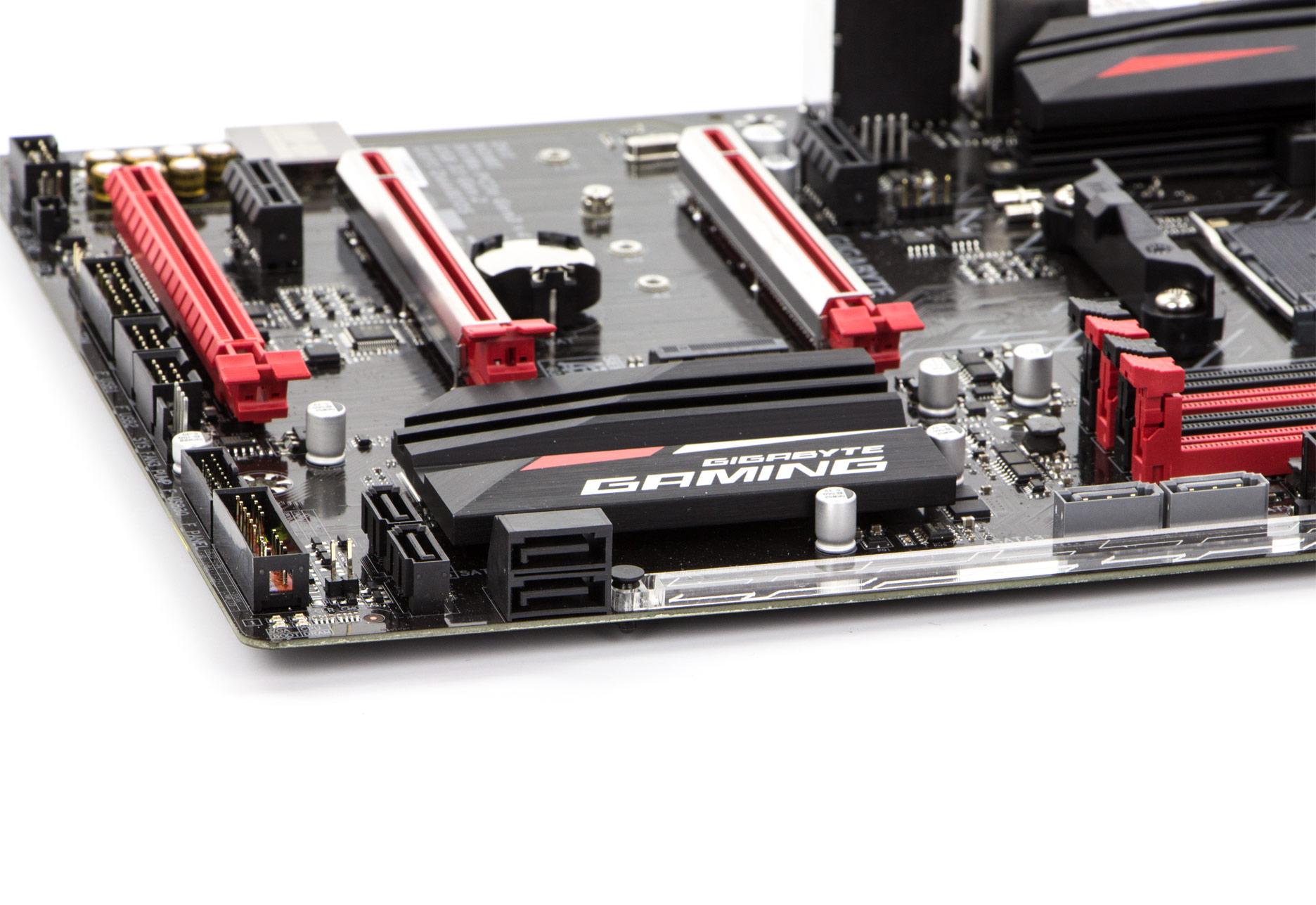 Porty SATA są nieco rozrzucone po PCB dwa pionowe znajdują się tuż przy bankach RAM kolejne dwa pionowe i dwa poziome przy radiatorze chipsetu