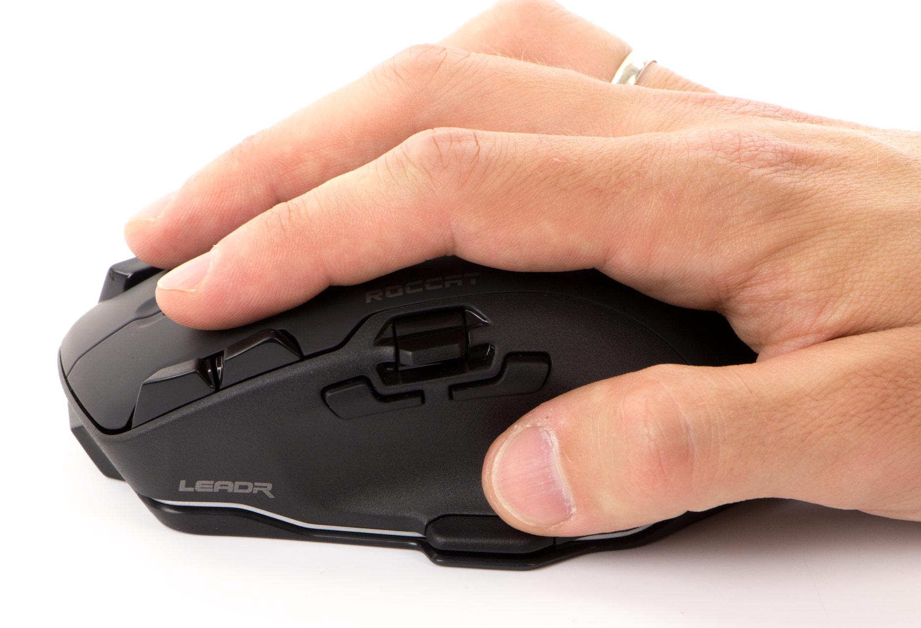 Roccat Leadr - dłoń leży na myszy