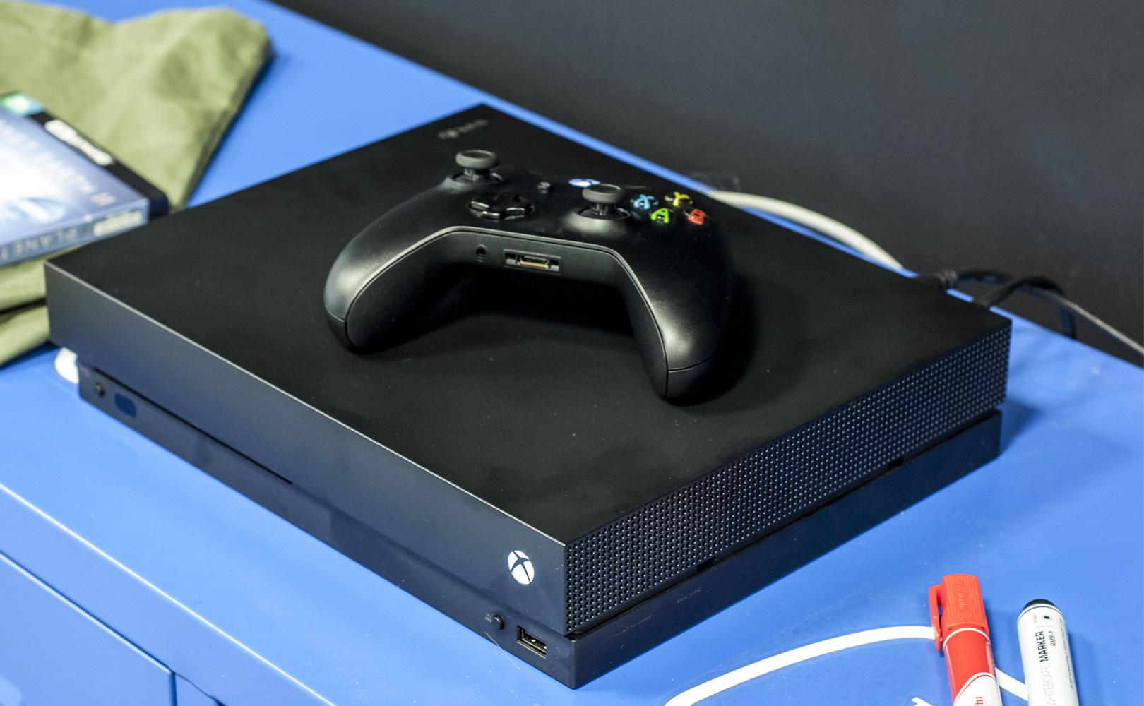 Xbox One X - pod telewizorem