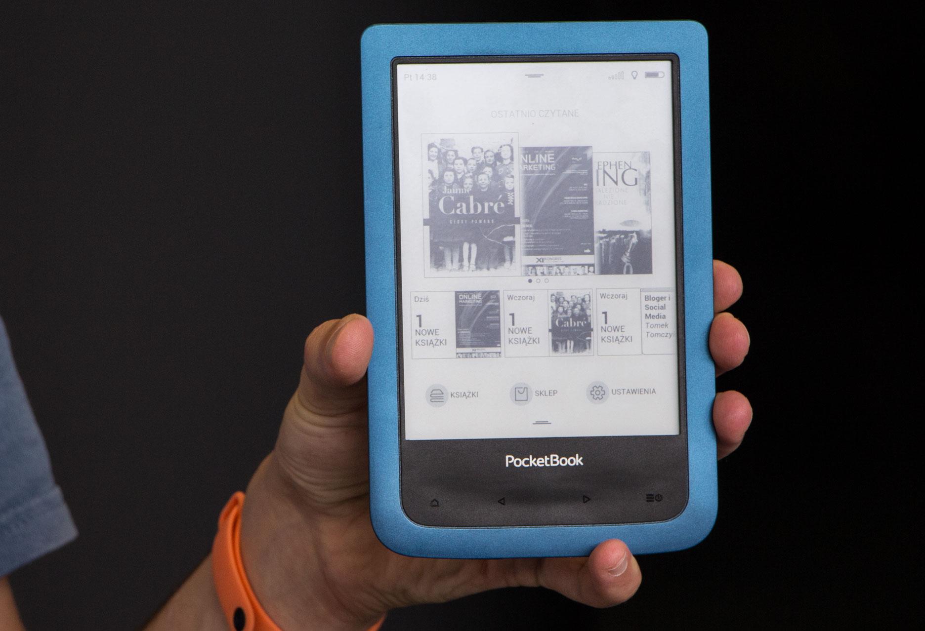PocketBook Aqua 2 czytnik w dłoni