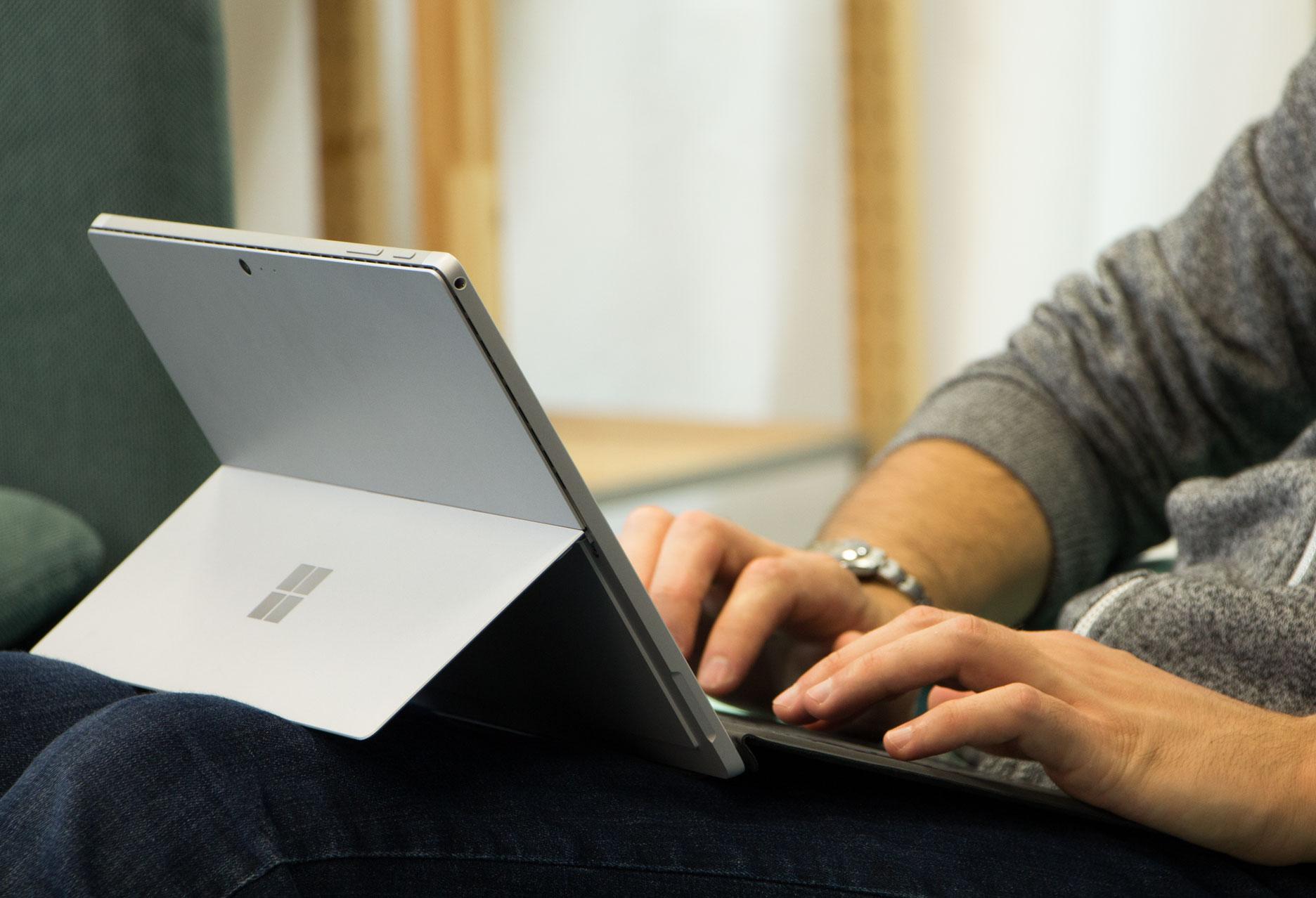 Microsoft Surface Pro na kolanach